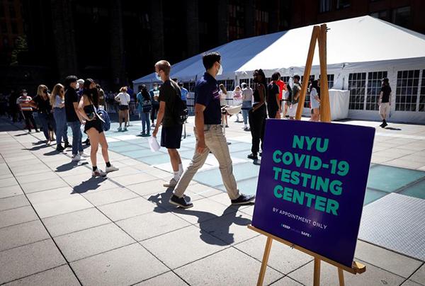 Sinh viên trường Đại học New York đeo khẩu trang, xếp hàng chờ xét nghiệp Covid-19 trong khuôn viên trường.