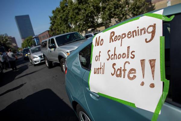 Trong khi đó, tại Los Angeles, California, đám đông tham gia biểu tình yêu cầu trường học chỉ mở cửa khi đã đảm bảo đủ điều kiện an toàn.
