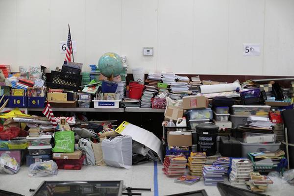 Sách vở, đồ dùng học sinh chất thành đống tại trường St. Joseph, ở La Puente, gần Los Angeles, California trong kỳ nghỉ hè và trong thời gian thiết lập các biện pháp giãn cách xã hội.