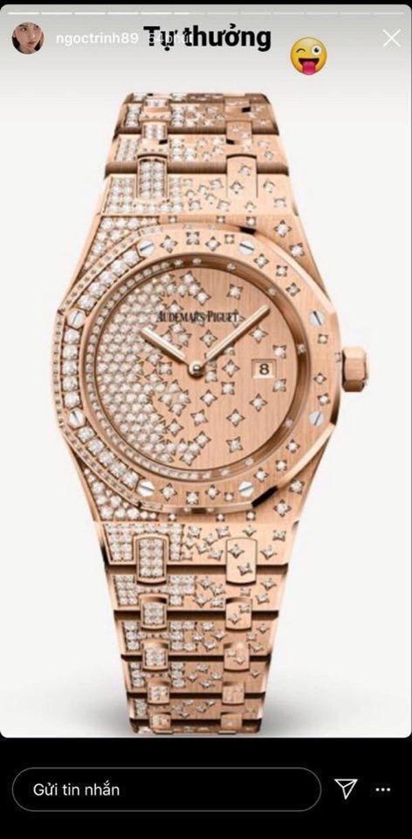 Chiếc đồng hồ giá hơn 1,8 tỷ của thương hiệu Audemars Piguet chính là món quà đắt đỏ nhất mà Ngọc Trinh tự thưởng cho mình trong lần shopping này. Theo như cô tiết lộ thì đây là chiếc đồng hồ mà cô tăm tia trước đó một tuần, nên việc có 'chốt đơn' nhanh gọn cũng là điều dễ hiểu thôi.