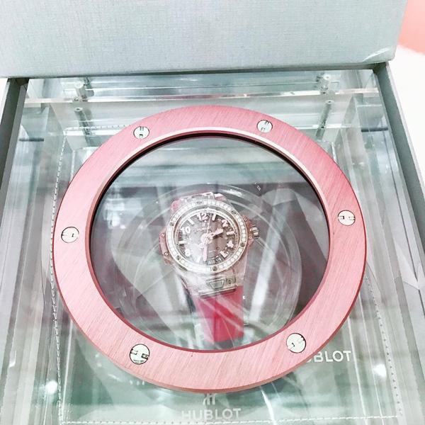 Vào sinh nhật lần thứ 29, Ngọc Trinh cũng chi đến 1,6 tỷ đồng để sở hữuchiếc đồng hồ của Hublot. Thiết kế này là phiên bản giới hạn chỉ có 200 chiếc trên toàn thế giới.
