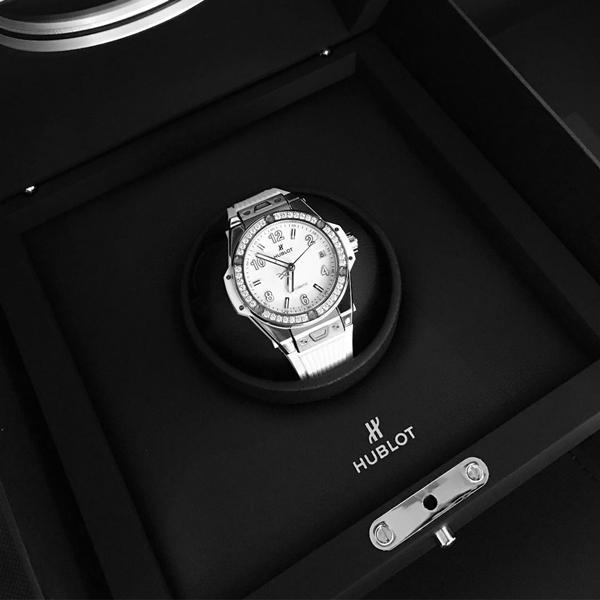 Một chiếc đồng hồ Hublot phiên bản màu trắng được khảm 42 viên kim cương trắng trị giá hơn 320 triệu đồng củaNgọc Trinh.