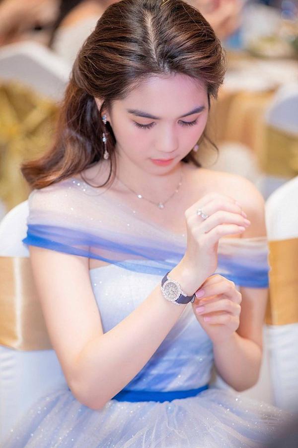 Ngọc Trinh còn có thêm chiếc đồng hồ nạm kim cương của Chopard giá hơn 1 tỷ đồng sang trọng. Thiết kế này có đặc trưng là phần quai mảnh và mặt nhỏ, phù hợp với trang phục đi tiệc.