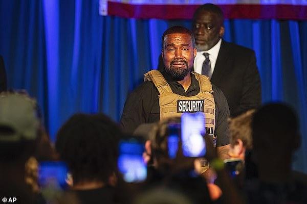 Nam nghệ sĩ 43 tuổi khóc tại buổi thuyết trình tranh cử đầu tiên.