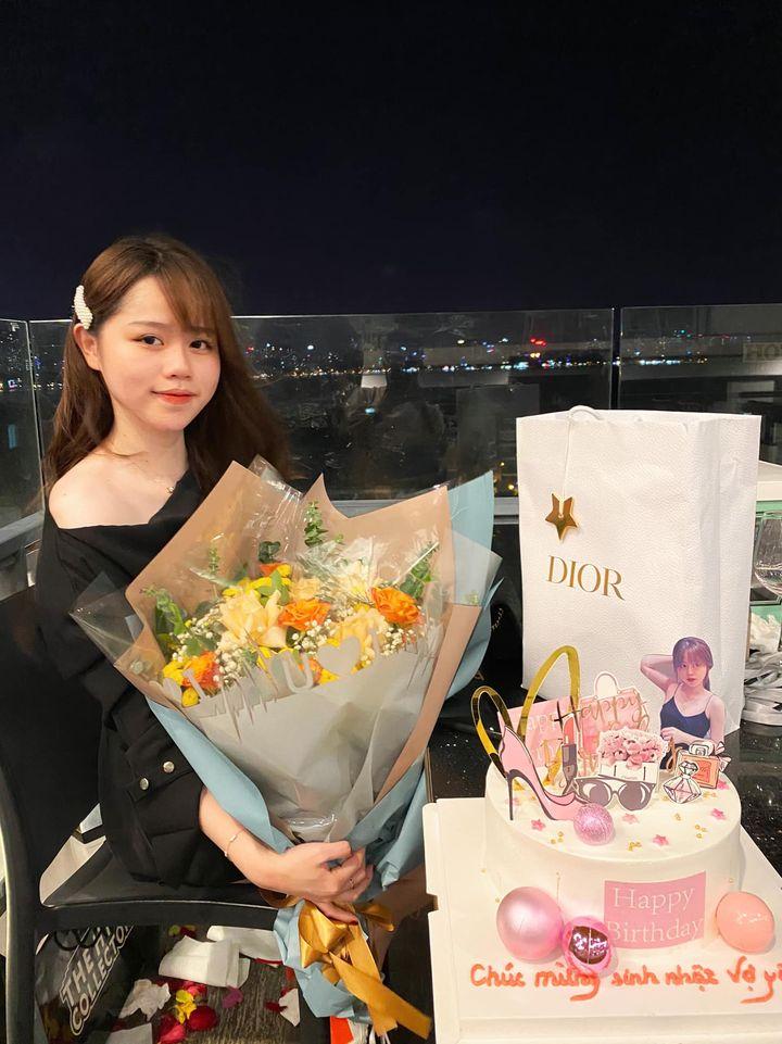 Huỳnh Anh đăng tải bài viết ăn mừng sinh nhật ở một nơi xa hoa.