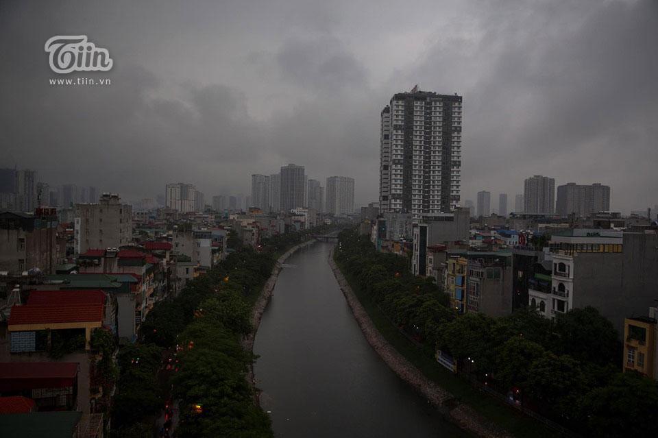 Sáng 7/9, lúc 8h sáng, thời tiết Hà Nội diễn biến thất thường, trời tối đen như mực, cơn mưa lớn đổ ập xuống đúng giờ người dân đi làm.