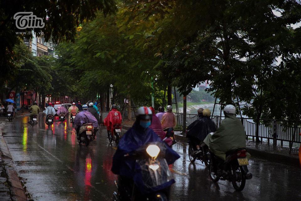 Trời mưa khiếncác phương tiện di chuyển khá vất vả.