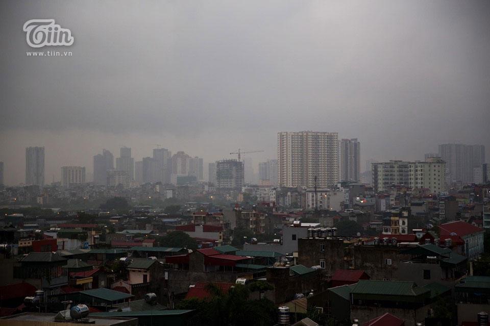 Sáng đầu tuần, thời tiết Hà Nội trở xấu: Trời tối mịt, mưa lớn khiến các phương tiện khó khăn di chuyển 3
