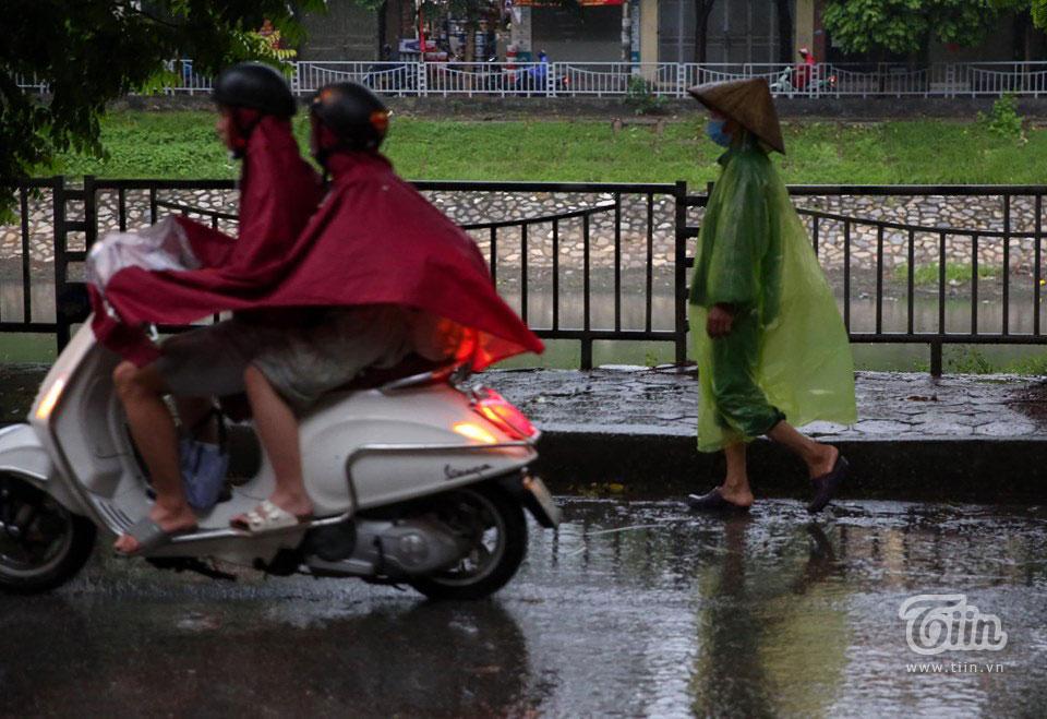 Sáng đầu tuần, thời tiết Hà Nội trở xấu: Trời tối mịt, mưa lớn khiến các phương tiện khó khăn di chuyển 4