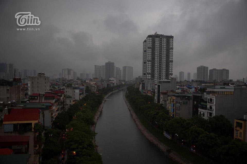 Sáng đầu tuần, thời tiết Hà Nội trở xấu: Trời tối mịt, mưa lớn khiến các phương tiện khó khăn di chuyển 5