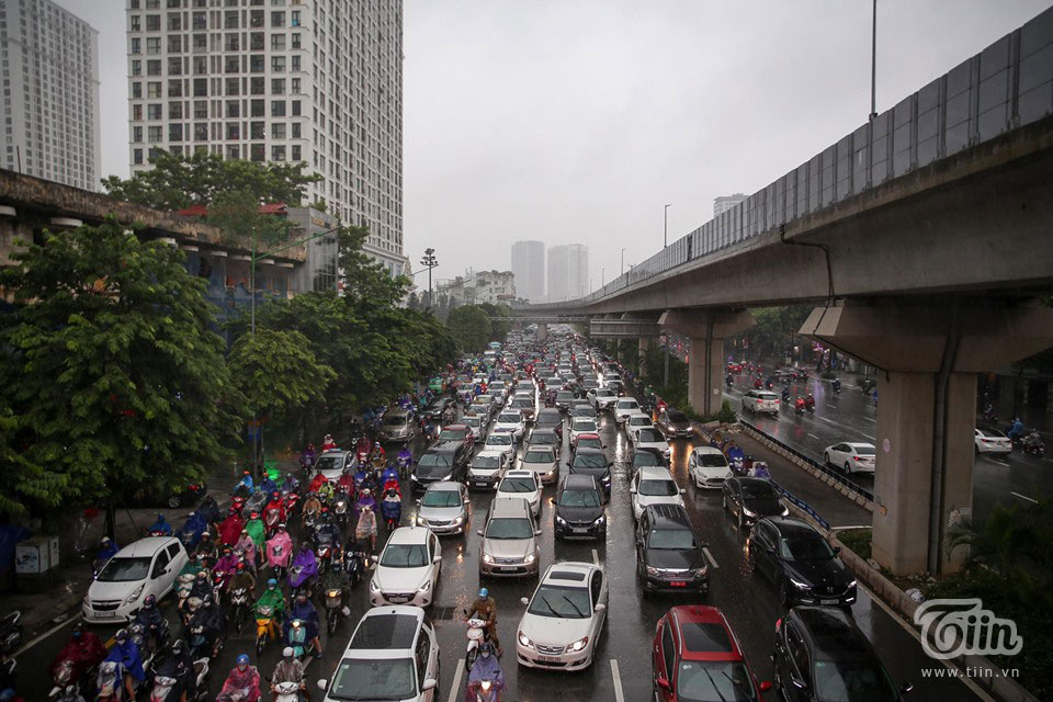 Đến khoảng 8h30, cơn mưa càng lúc càng nặng hạt, phương tiện di chuyển khó khăn, ùn tắc và kẹt xe kéo dài.