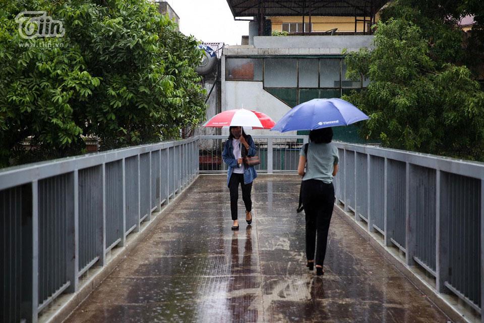 Nhiều người dân sử dụng cầu đi bộ để di chuyển.