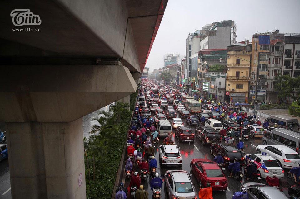 Sáng đầu tuần, thời tiết Hà Nội trở xấu: Trời tối mịt, mưa lớn khiến các phương tiện khó khăn di chuyển 9