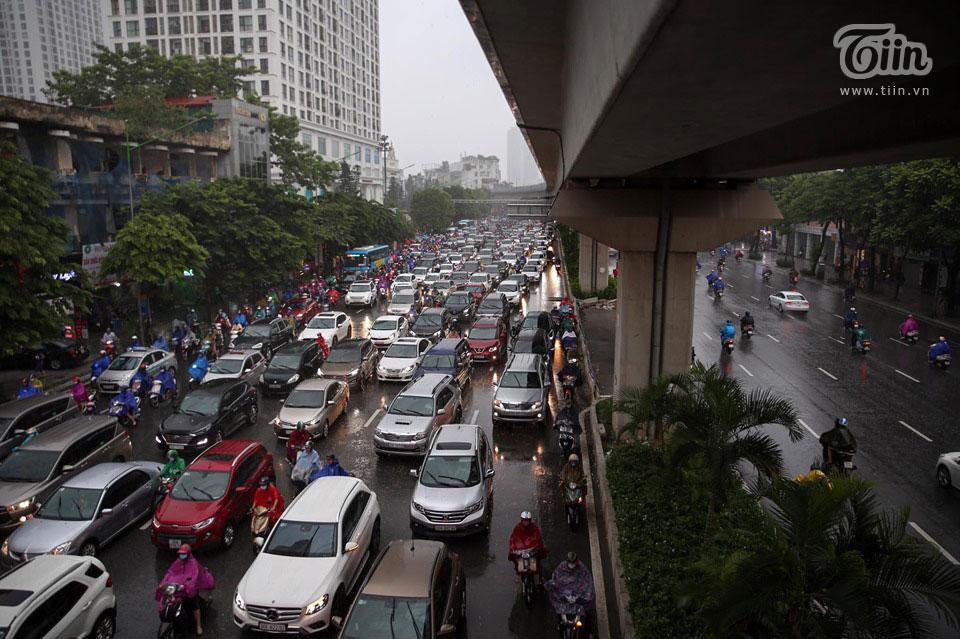 Sáng đầu tuần, thời tiết Hà Nội trở xấu: Trời tối mịt, mưa lớn khiến các phương tiện khó khăn di chuyển 10
