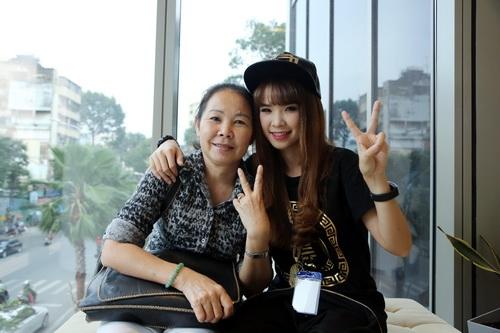 'Má Năm' - tên gọi thân thương của cộng đồng fan Khởi My dành cho mẹ nữ ca sĩ.
