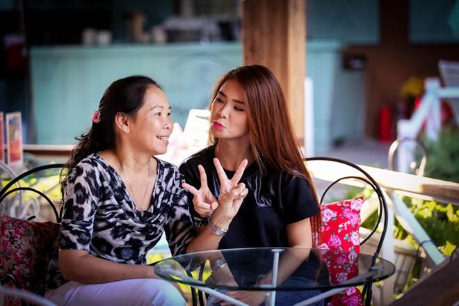 Má Năm không chỉ là mẹ, mà còn là quản lý kiêm trợ lý, người sắp xếp và hứng mũi chịu sào cho Khởi My.