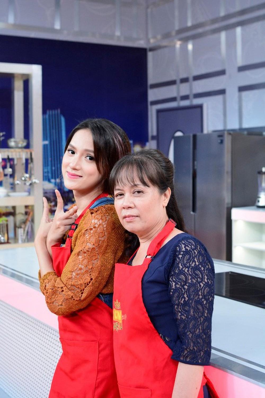 5 người mẹ 'siêu nhân' của sao Việt: Sơn Tùng, Khởi My được bảo bọc, mẹ Hương Giang có 'giác quan thứ 6' 8