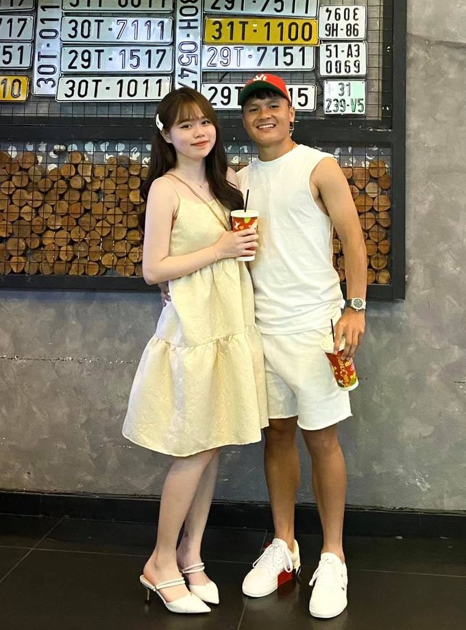 Quang Hải đăng tải hình ảnh thân thiết với bạn gái Huỳnh Anh.