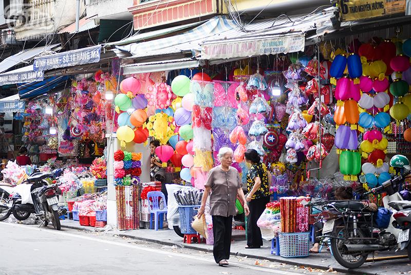 Phố Hàng Mã rực rỡ các mặt hàng Trung thu nhưng buôn bán ế ẩm, phụ thu 50k tiền chụp ảnh nếu không mua đồ 15