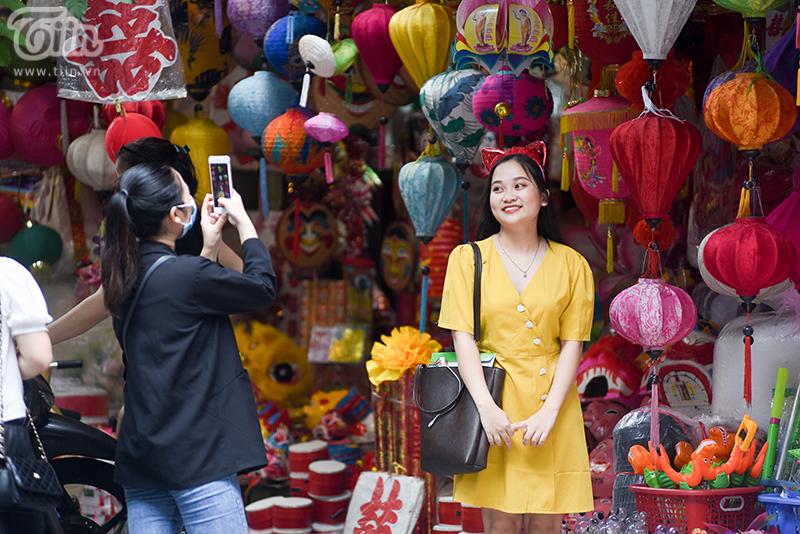 Nhiều bạn trẻ và các em nhỏ tranh thủ đến phố Hàng Mã để chụp ảnh.