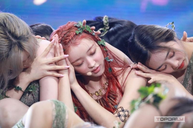'Búp bê sống' YooA (Oh My Girl) debut solo, phút 'yếu lòng nức nở' của CEO lại gây chú ý: Sếp đáng 'đồng tiền bát gạo' là đây! 0