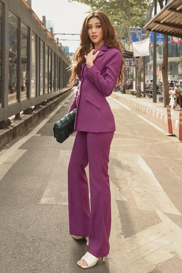 Hoa hậu Khánh Vân thả dáng đầy sang chảnh trong cây suit tím lịm. Người đẹp nâng tầm phong cách bằng sandals cao gót vintage màu trắng và túi xách hàng hiệu.