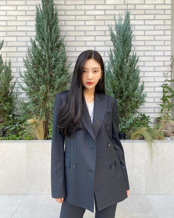 Cùng chung ý tưởng diện cả cây suit màu trung tính như Jisoo nhưng Joy lại đơn giản, trẻ trung hơn nhờ việc kết hợp trang phục với áo phông trắng.