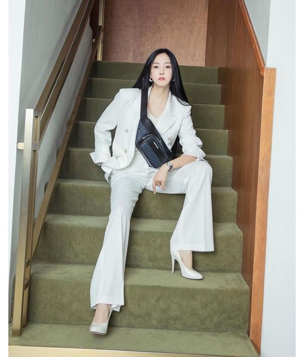 Hyomin cũng chuộng diện đồ nam tính khi lựa chọn cho mình cả cây suit trắng thanh lịch.