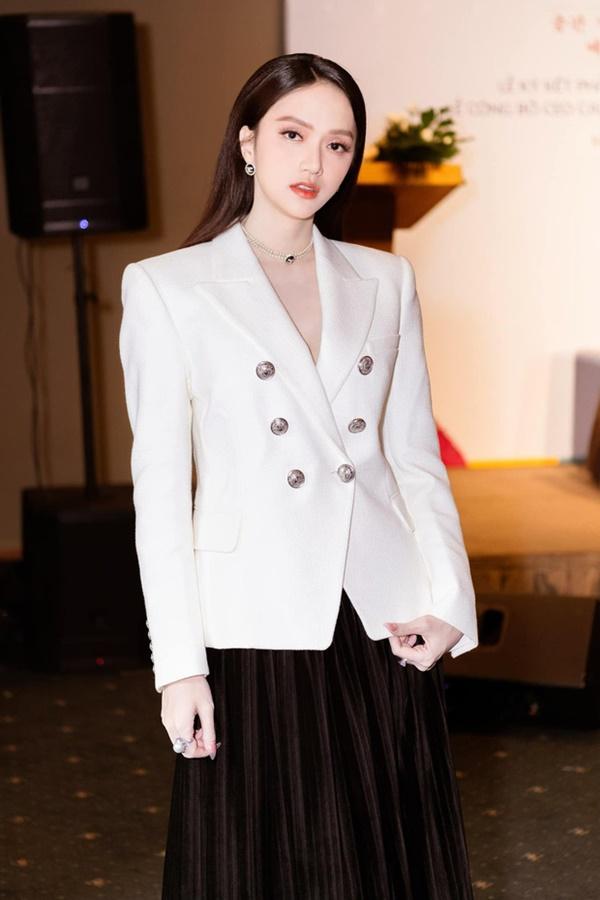 Ngọc Trinh diện đồ cực 'chanh sả' đến mừng ngày vui của Hương Giang nhưng chiếc đồng hồ hơn 4 tỷ trên tay cô mới gây chú ý 0