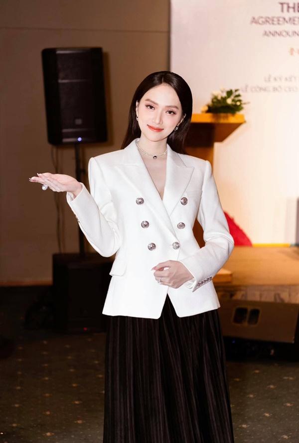 Hương Giang lựa chọn một chiếc áo vest thanh lịch kết hợp cùng váy midi xếp ly vô cùng sang trọng.