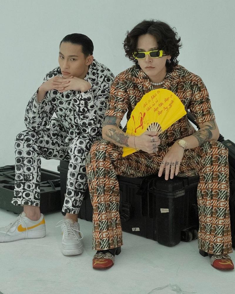 Bộ đồ mang phong cách cổ điển rất được ưa chuộng của làng nhạc Âu Mỹ trong vài năm gần đây. Dù là cả cây Gucci hay chỉ mình chiếc áo, Decao - Binz vẫn khiến cộng đồng mạng thích thú trước màn đụng độ đậm chất thời trang và mối quan hệ giữa hai người.