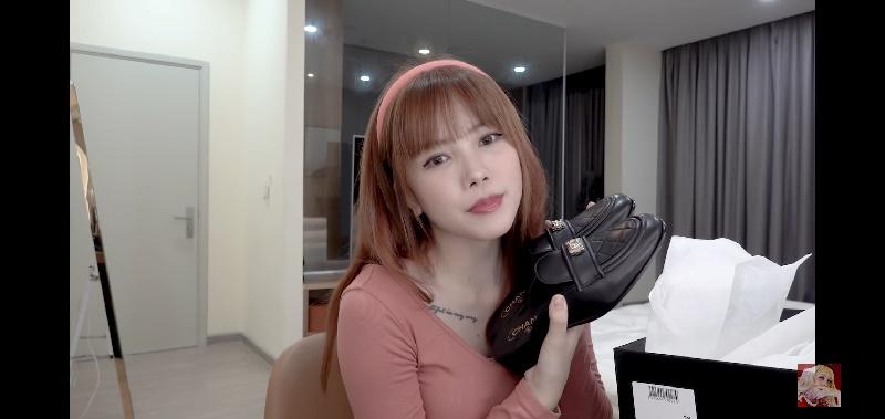 Ta phải bỏ ragần 30 triệu đồng để sở hữu một đôi giày giống của như thế này.