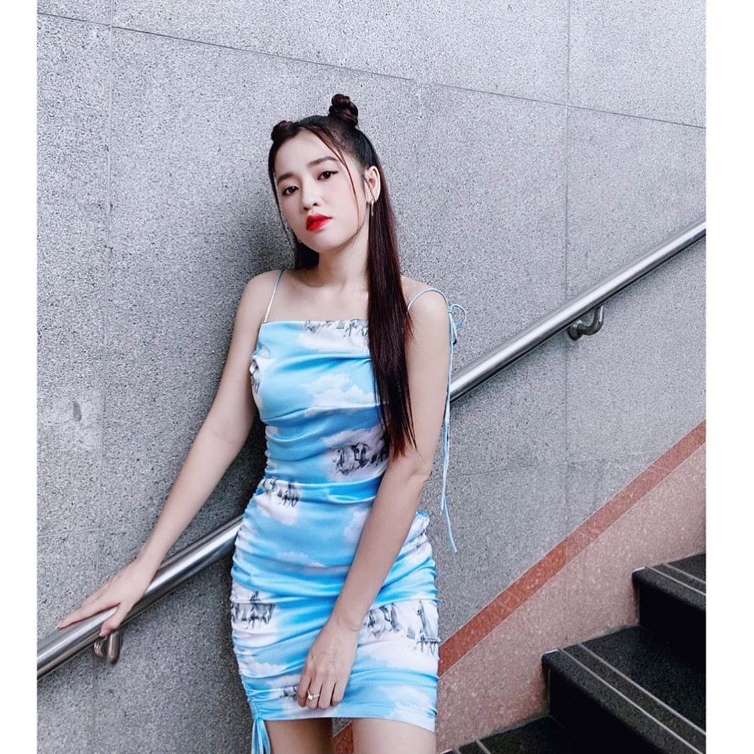 Chiếc váy body với chi tiết dây rút nhằm phô diễn đường cong gợi cảm của nữ diễn viên Puka
