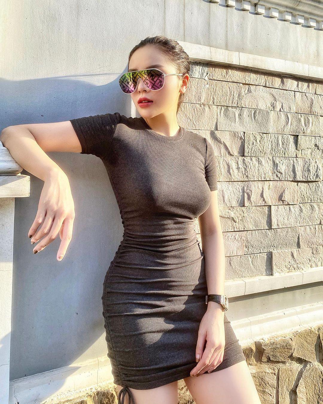 Outfit dạo phố của cô nàng được lược giản mọi thứ nhưng lại tạo được những hiệu ứng đặc biệt nhở kiểu váy tôn dángnày.