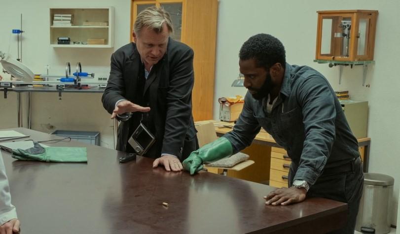 Christopher Nolan cùng diễn viêntrên phim trường Tenet.