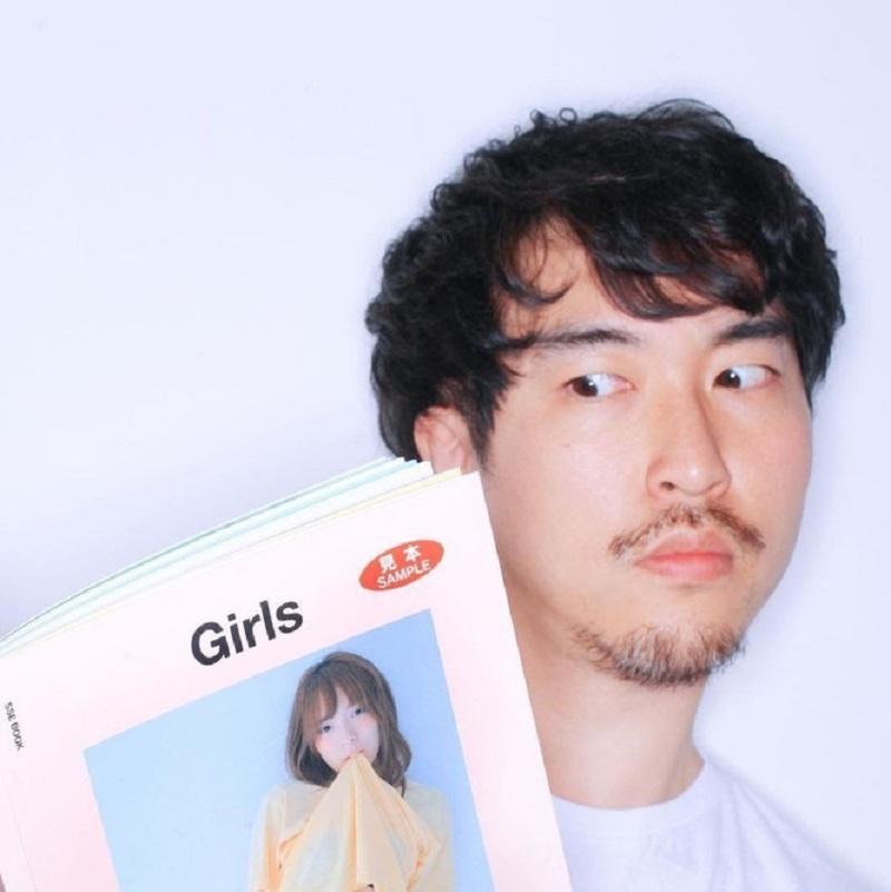 Rotto - vị nhiếp ảnh gia chuyên chụp ảnh theo phong cách Lolita, vừa gợi cảm vừa ngây thơ xứ Hàn đã bị cáo buộc yêu cầu các cô đào của mình tạo dáng càng phản cảm càng tốt để đạt được hiệu quả thẩm mỹ cao nhất.Kết quả, anh ta đã phải nhận mức án là 8 tù giam từ Tòa án quận Tây Seoul của Hàn Quốc vì tội danh dâm ô người mẫu, tham gia 80 giờ giáo dục tâm lý quấy rối tình dục và bị quản chế, cấm làm các công việc liên quan đến trẻ em, thanh thiếu niên trong vòng 3 năm.