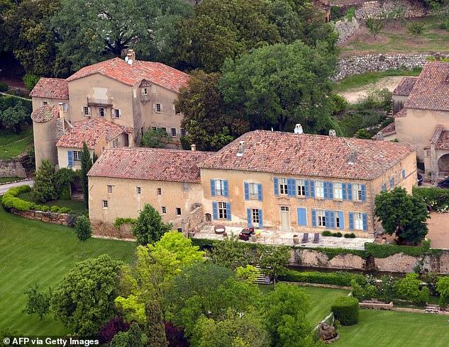 Lâu đài nơi tổ chức đám cưới của Brad và Angie mới đây lại được nam diễn viên và tình trẻ ghé thăm.