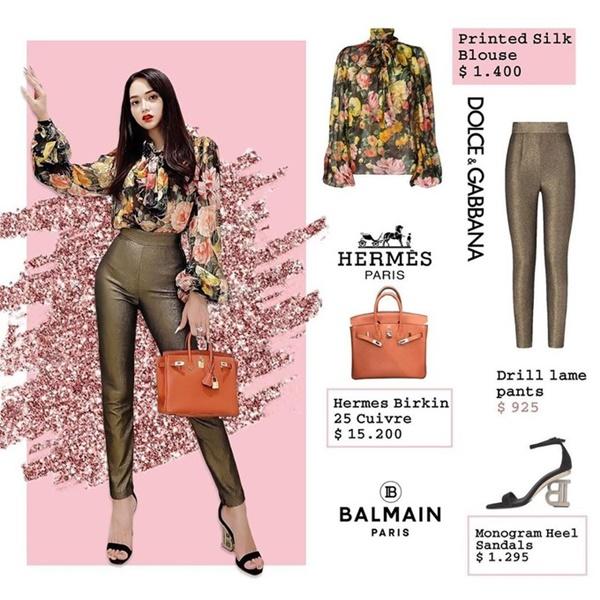 Cùng một công thức mix đồ tương tự, outfit gồm quần Dolce & Gabbana có giá 22 triệu đồng, áo và giày thuộc thương hiệu Balmain. Thêm một lần nữa, điểm nhấncủa set đồ chính là chiếc túi Hermes sáng chói, item này cũng có giá 'đắt xắt ra miếng', khoảng 350 triệu đồng.
