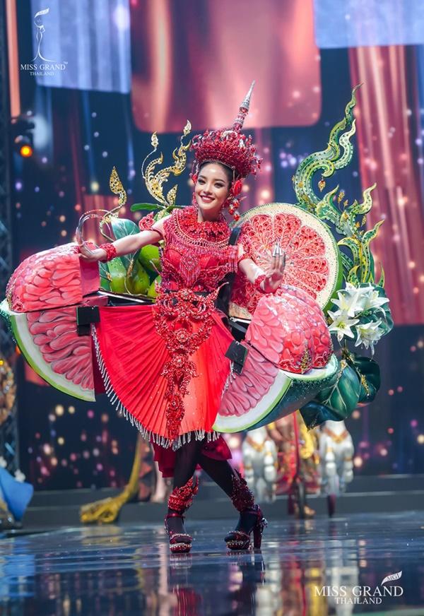 Quốc phục của chương trình Hoa hậu hot nhất Thái Lan không làm netizen thất vọng: Chọn một trong số này đủ 'chặt chém' nếu mang thi Quốc tế? 6