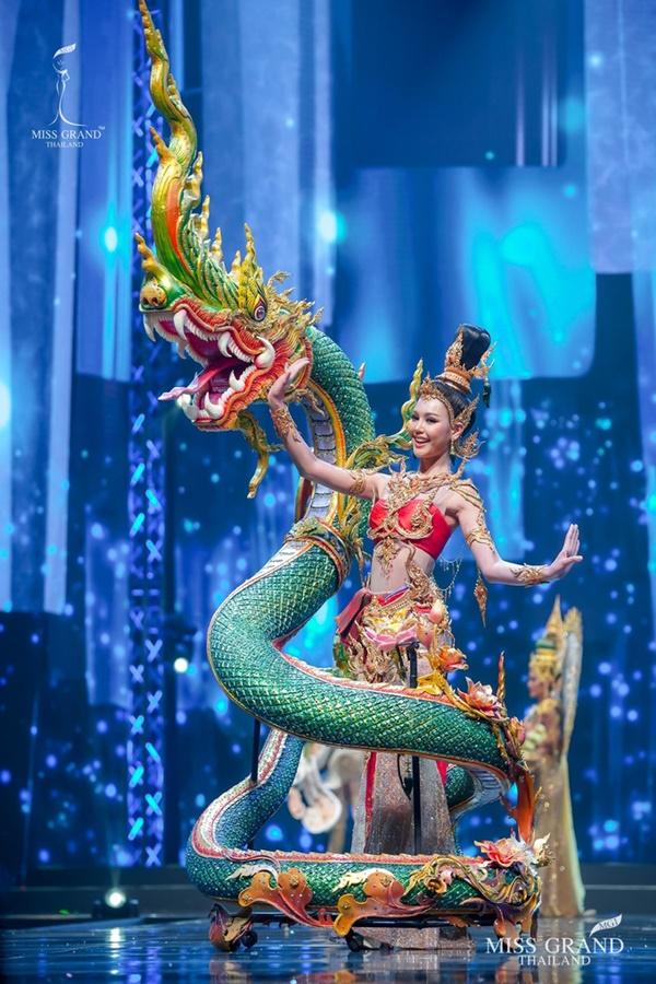 Quốc phục của chương trình Hoa hậu hot nhất Thái Lan không làm netizen thất vọng: Chọn một trong số này đủ 'chặt chém' nếu mang thi Quốc tế? 8