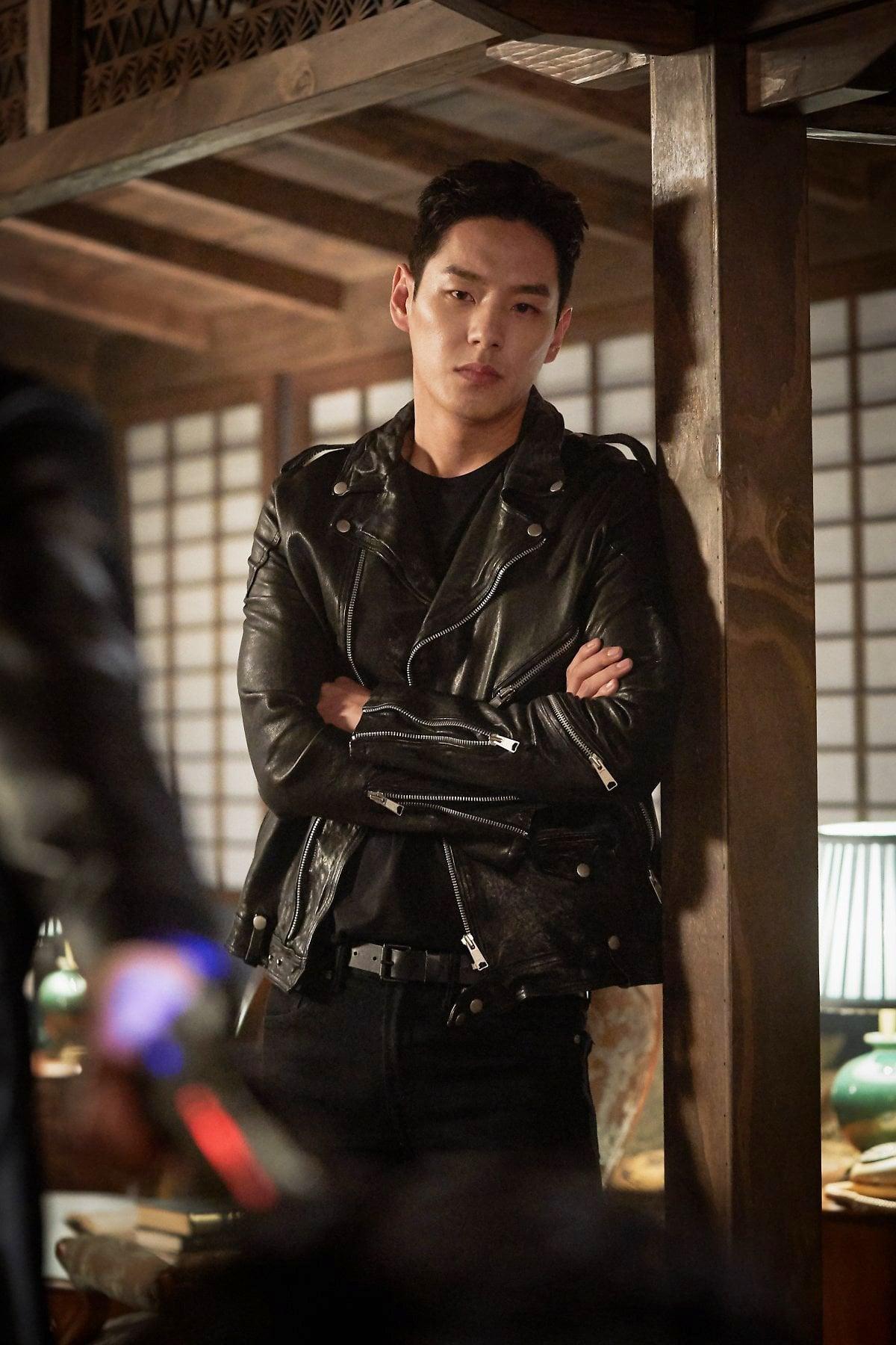 Anh từng là chiến binh và là bạn trai của Yoon Tae Yi.