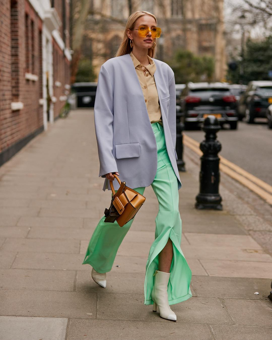 Nếu không ngại, bạn hoàn toàn có thể phối cùng lúc hai hoặc ba sắc thái màu pastel khác nhau cho tổng thể trang phục của mình.
