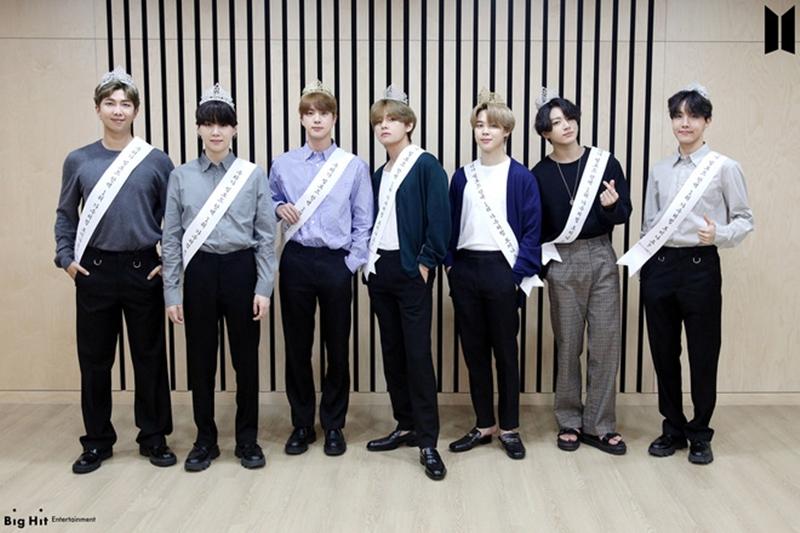 Các chàng trai của ARMYs đã quyết ăn mừng 'tới bến' khi in lên băng đeo chéo dòng chữ 'Sao? Nhìn tụi tôi giống nhóm nhạc đạt #1 Billboard Hot 100 lắm hay gì?' và chụp hình đầy tự tin.