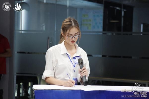Được biết, cô nàng sinh năm 1999 đến từ Phú Thọ đang là sinh viênlớp Anh 2, khóa K56, khoa Thương mại Quốc tế trường Đại học Ngoại Thương.