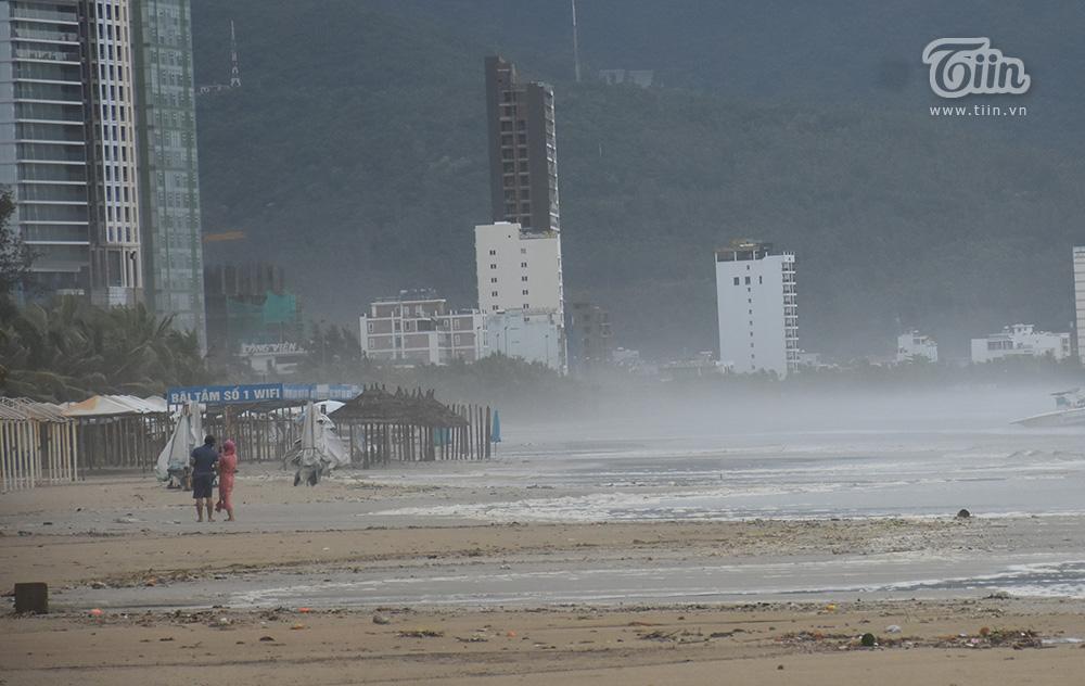 Hình ảnh ghi nhận tại biển Mỹ Khê, TP. Đà Nẵng sau khi bão số 5 đi qua, một số người đã có mặt ở đây để chụp ảnh.