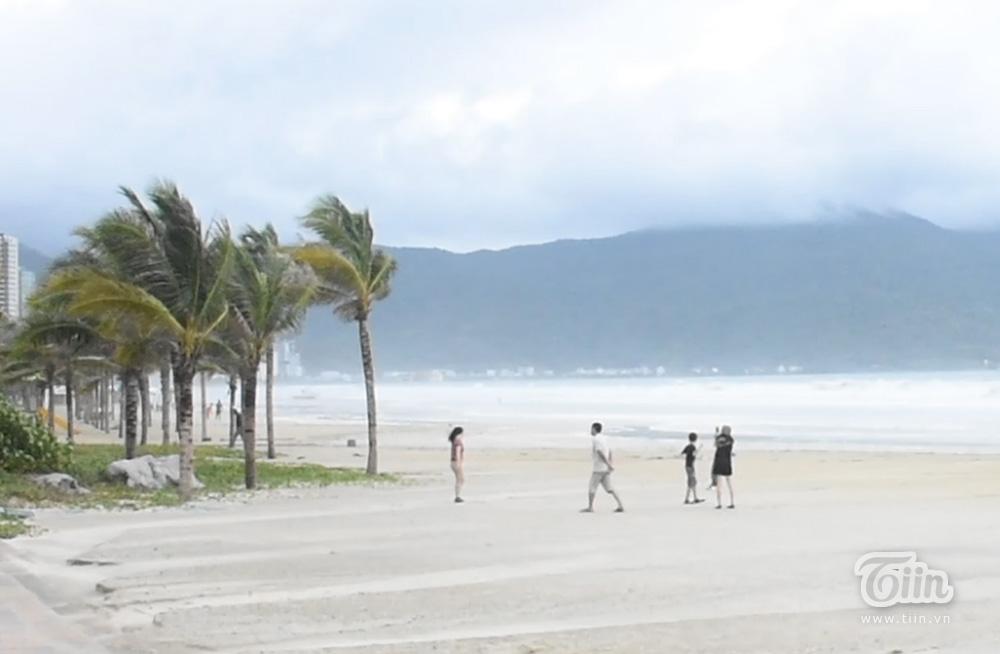 Nhóm 4 người chụp ảnh ở khu vực gần CV Biển Đông, trong đó cả trẻ em.
