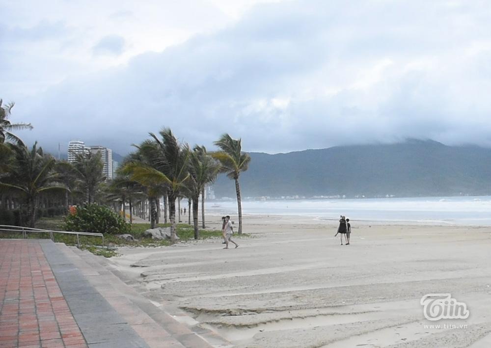 Vừa ngớt bão, người dân ra biển Đà Nẵng chụp ảnh mặc sóng lớn vỗ dồn dập ngay sát bên 2