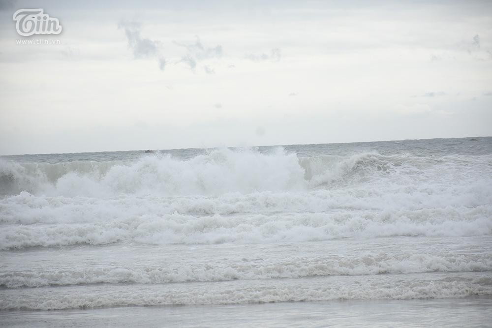 Dù cho theo cảnh báo gió to vẫn xảy ra tại các khu vực biển, chính quyền đề nghị người dân hạn chế ra đường.