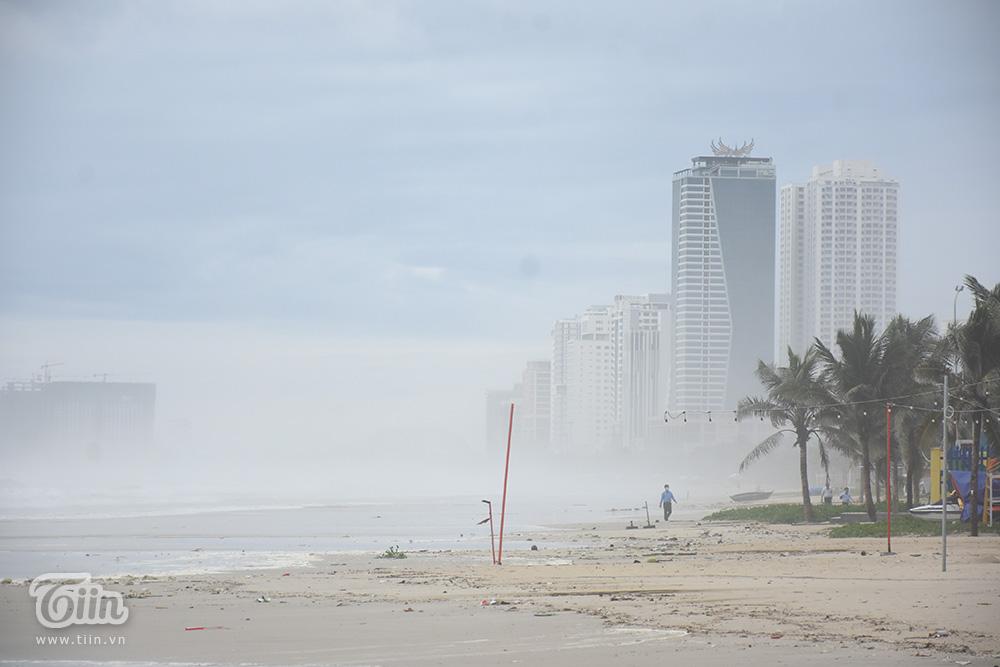 Sóng biển lớn vỗ dồn dập, gió lớn khiến cả một vùng biển mịt mù.