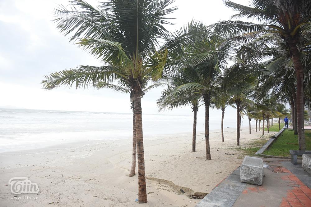 Vừa ngớt bão, người dân ra biển Đà Nẵng chụp ảnh mặc sóng lớn vỗ dồn dập ngay sát bên 6